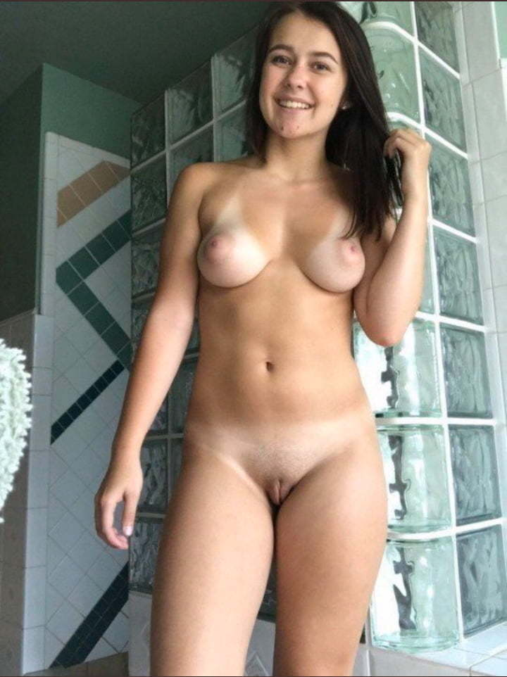 busty queen showing her sexy naked tits